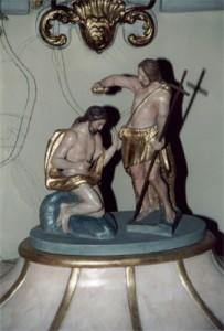 Die kunstvoll gearbeitete Abdeckung des Taufbeckens